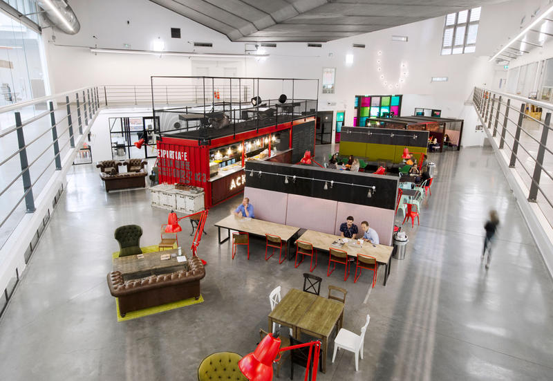 Uffici moderni 5 arredamenti di design officine dasa for Uffici di design